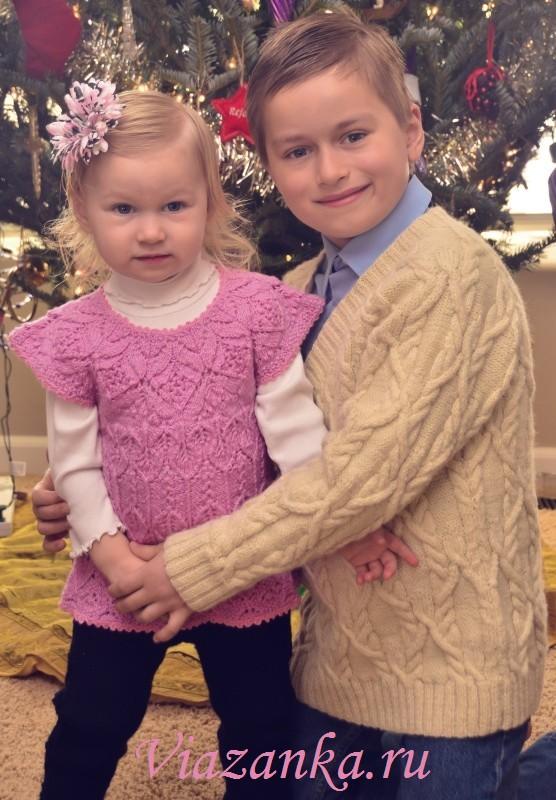 Джемпер для мальчика и комплект из ажурного платья-туники и штанишек для девочки