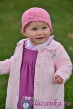 Красивая ажурная шапочка для малышки выполнена спицами