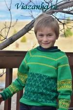 Свитер для мальчика, выполнен спицами и украшен орнаментом