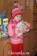 Детский зимний комплект для девочки: кофточка и шапочка с орнаментом, штанишки, шарфик.