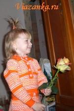 Вязаное спицами платье для девочки.