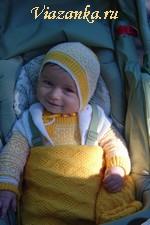Вязаный спицами комплект для малыша