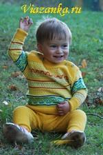 Комплект для малыша связан спицами и украшен ярким цветным орнаментом