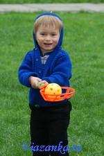 Кофта с капюшоном для мальчика выполнена из шерстяной пряжи спицами
