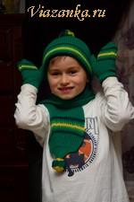 Вязаный спицами комплект для мальчика, состоящий из шапочки, шарфика, варежек, носочков
