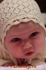 Ажурная шапочка-чепчик для малышки выполнена спицами