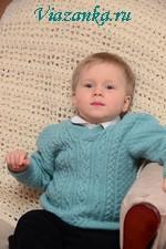 Пуловер для маленького мальчика, связан спицами и отделан косами