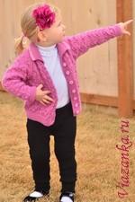Штанишки для девочки 2-3 лет выполнены спицами и украшены ажурными вставками по бокам