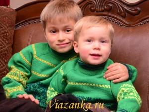 Два свитера в одном стиле для братьев.