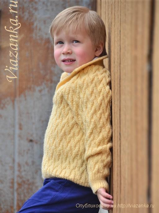 свитер узором из лицевых и изнаночных петель для мальчика