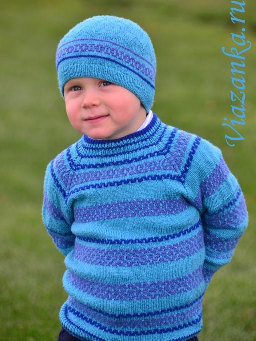 Вид спереди свитера-реглан, связанного от горловины