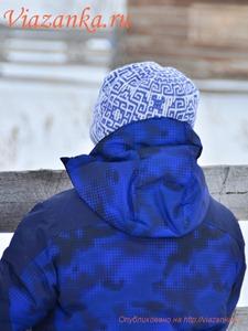 вид сзади шапочки с орнаментом из ленивых узоров