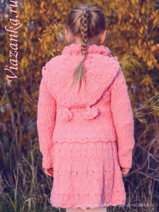 вид сзади вязаного комплекта для девочки