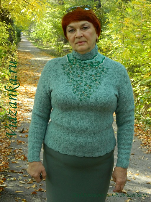 вид 2 свитера с вышивкой