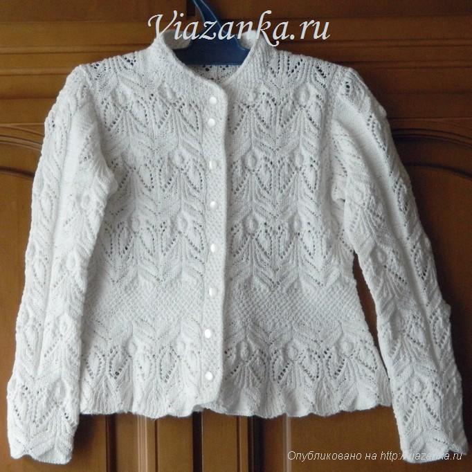 общий вид спереди белой ажурной кофточки для девочки